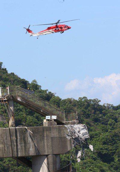 空勤總隊直升機在斷橋上方不停勘查損壞情況。記者杜建重/攝影
