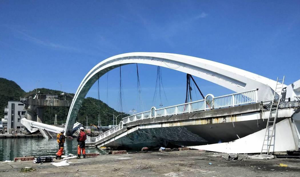 宜蘭南方澳大橋崩塌,造成外籍漁工五死一失蹤。 記者游明煌/攝影