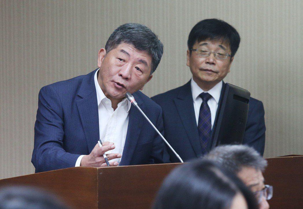 衛福部長陳時中(左)表示,長照基金財務目前尚可穩定維持,未來若有不足,將優先編列...