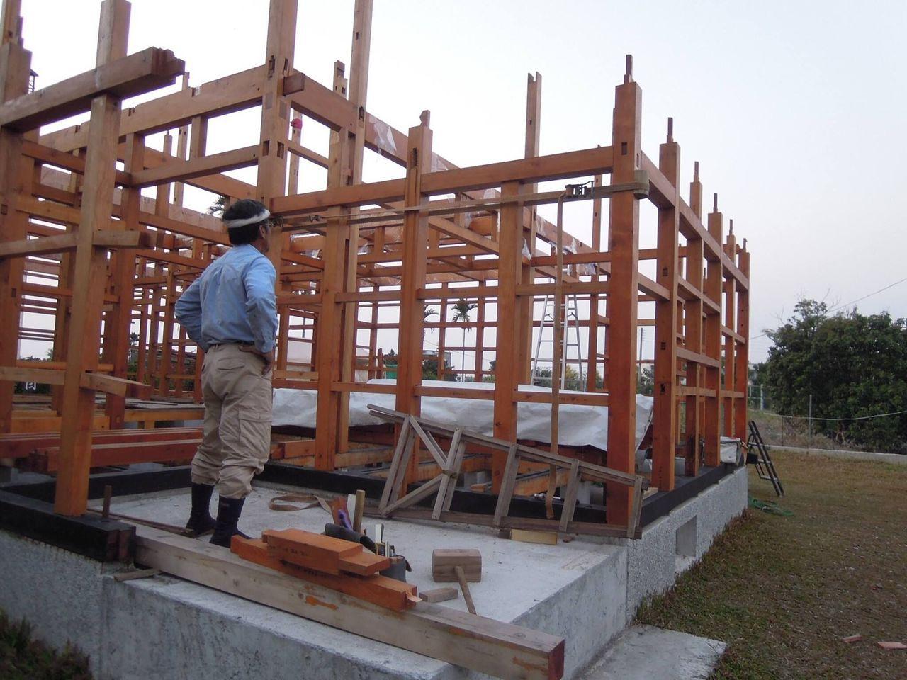 楊三二從立樁開始一步步朝蓋屋的夢想前進。 圖/一冊大木家屋攝影師 童裕謙提供