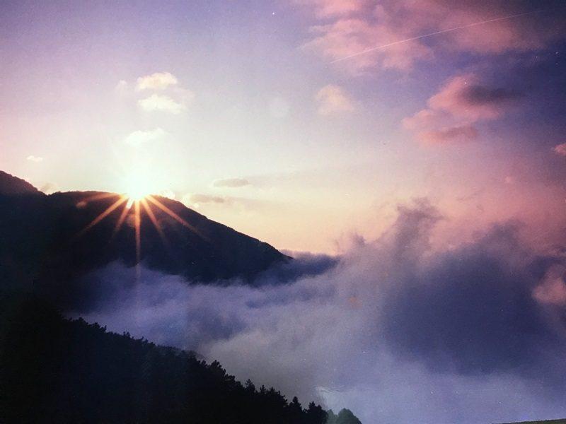 從山巔上冒出來的日出美景。 圖/黃德秀提供
