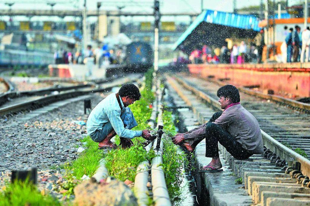 印度有近3億人無廁所可用,而且到廁所如廁的習慣在印度並不普及。圖為新德里火車站工...