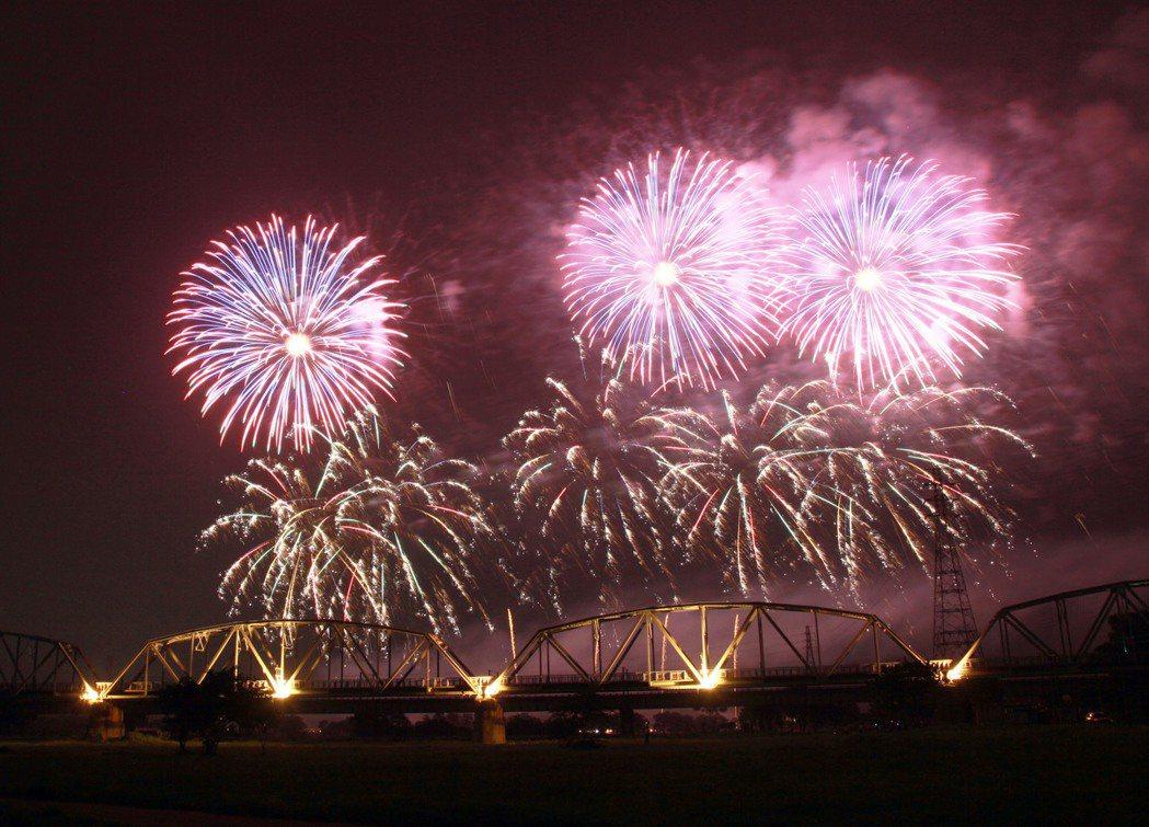 2019國慶煙火將在在屏東舉行,今年首次在百年的高屏舊鐵橋前施放。 記者劉學聖/...