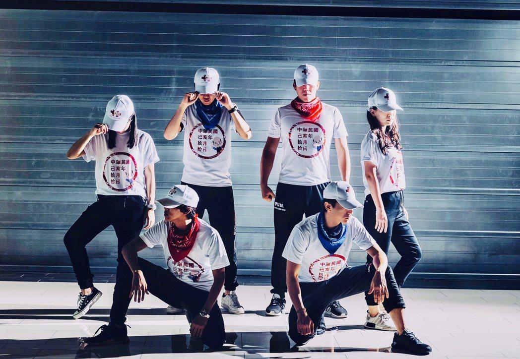 高雄市觀光局今年限量國慶禮包中的T恤、鴨舌帽穿戴起來頗具動感。 圖/高雄市觀光局...
