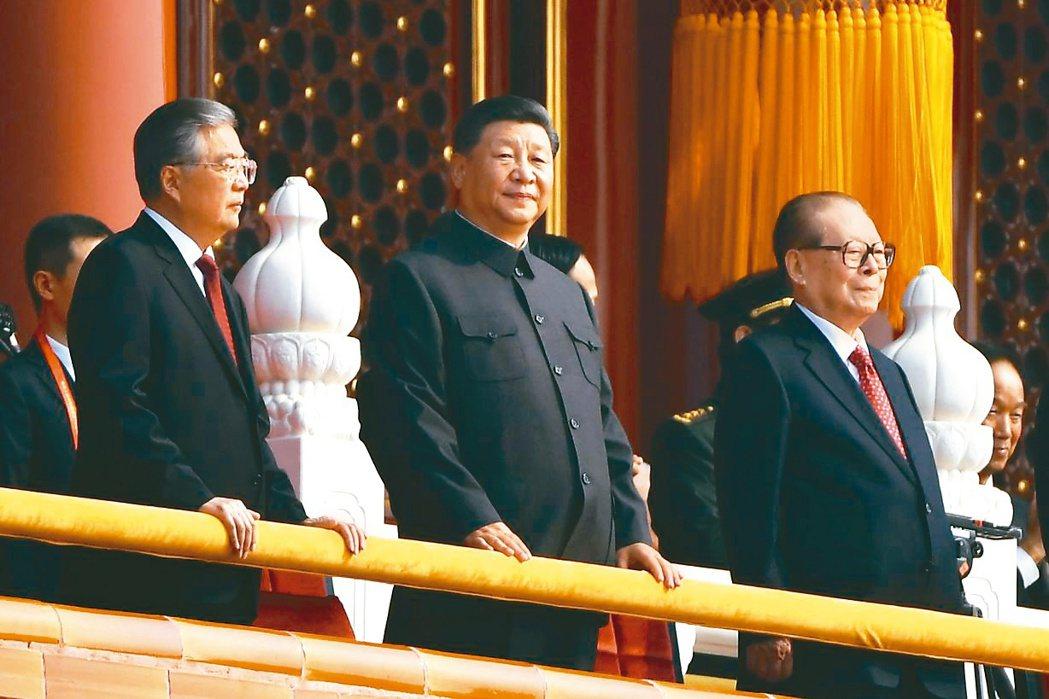 中共三代領導人胡錦濤(左起)、習近平、江澤民於十一國慶同框亮相,其中高齡93歲的...