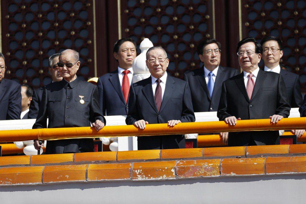 中共領導層普遍長壽,圖為高齡102歲的宋平(左)在2015年9月3日出席中共紀念...