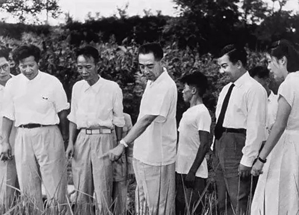 大陸前總理周恩來當年視察「香山農場」,這是中共建政後不久在原「皇家禁地」的北京玉...