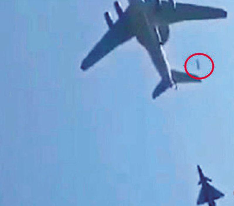 十一閱兵時,呈箭形的空中梯隊在飛行過程中疑似有物體掉落,被指可能是起落架或艙門掉落。 (視頻截圖)