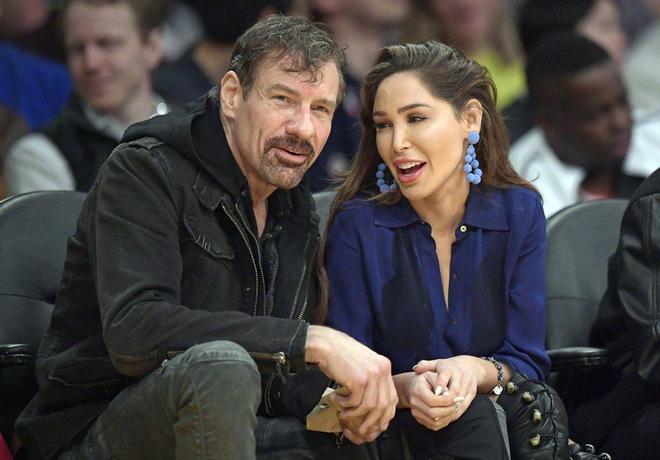 億萬富豪尼古拉斯(Henry Thompson Nicholas III)左與女友今年3月在洛杉磯看球賽。美聯社