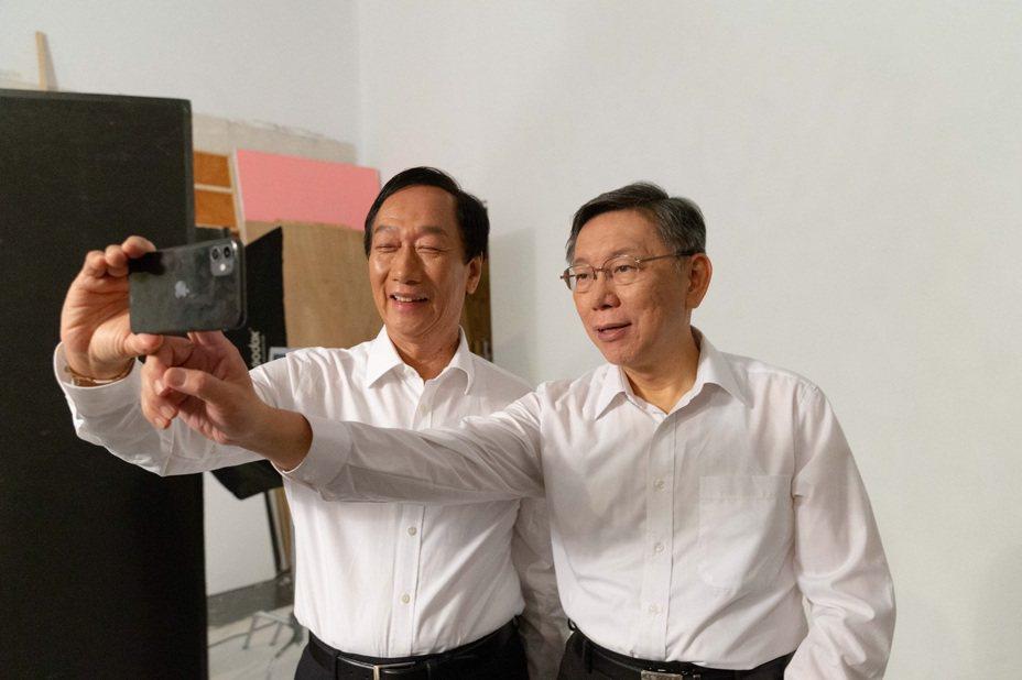 郭台銘、柯文哲和合拍的立委參選人,全都清一色穿著白色襯衫、黑色西裝或是裙子。圖/台灣民眾黨提供