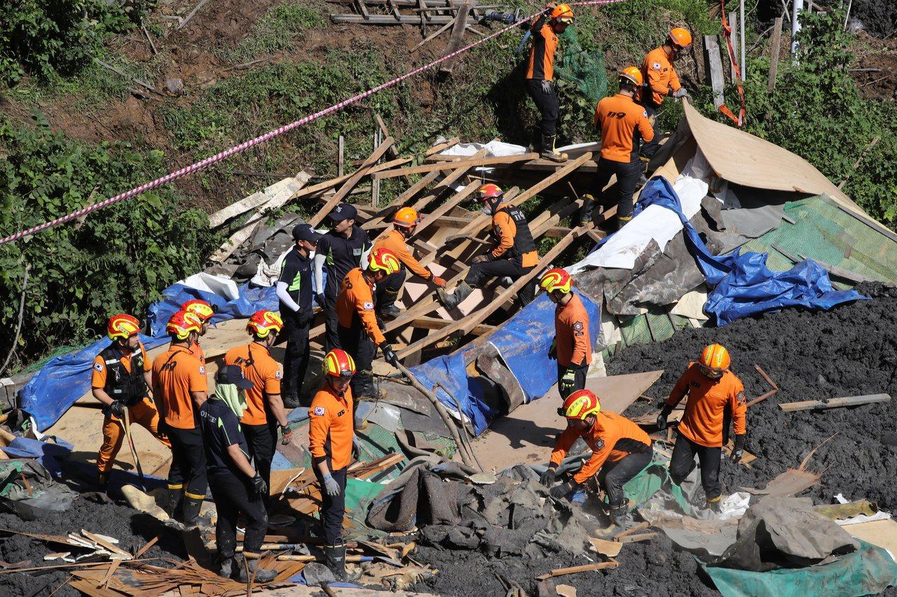 颱風米塔席捲南韓,造成6人死亡、4人受傷,圖為消防員搜尋失蹤者。 歐新社