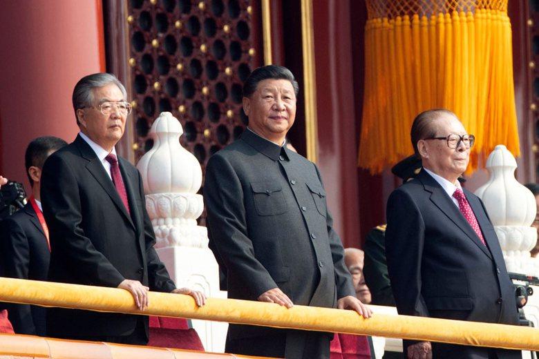 中國共產黨前任總書記胡景濤(左)與江澤民(右),在十一大典上現身出席。 圖/美聯社