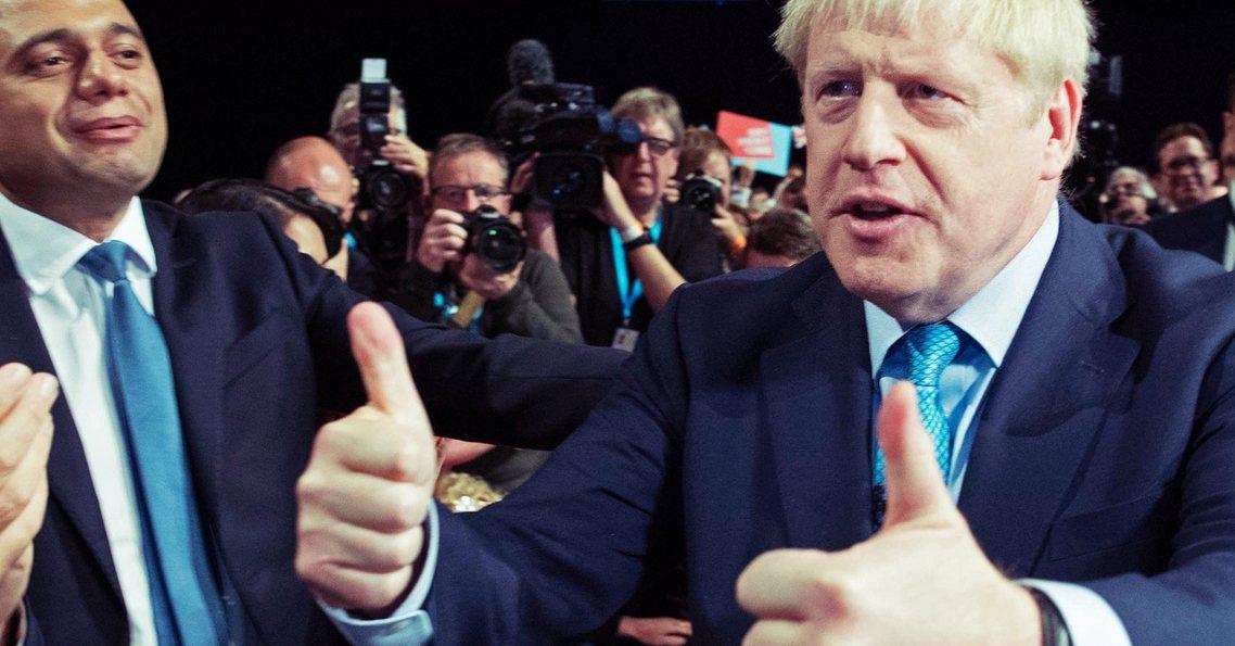 英國首相鮑里斯.強生2日在保守黨全國黨代表大會上,正式公布了「自己版本」的脫歐替...
