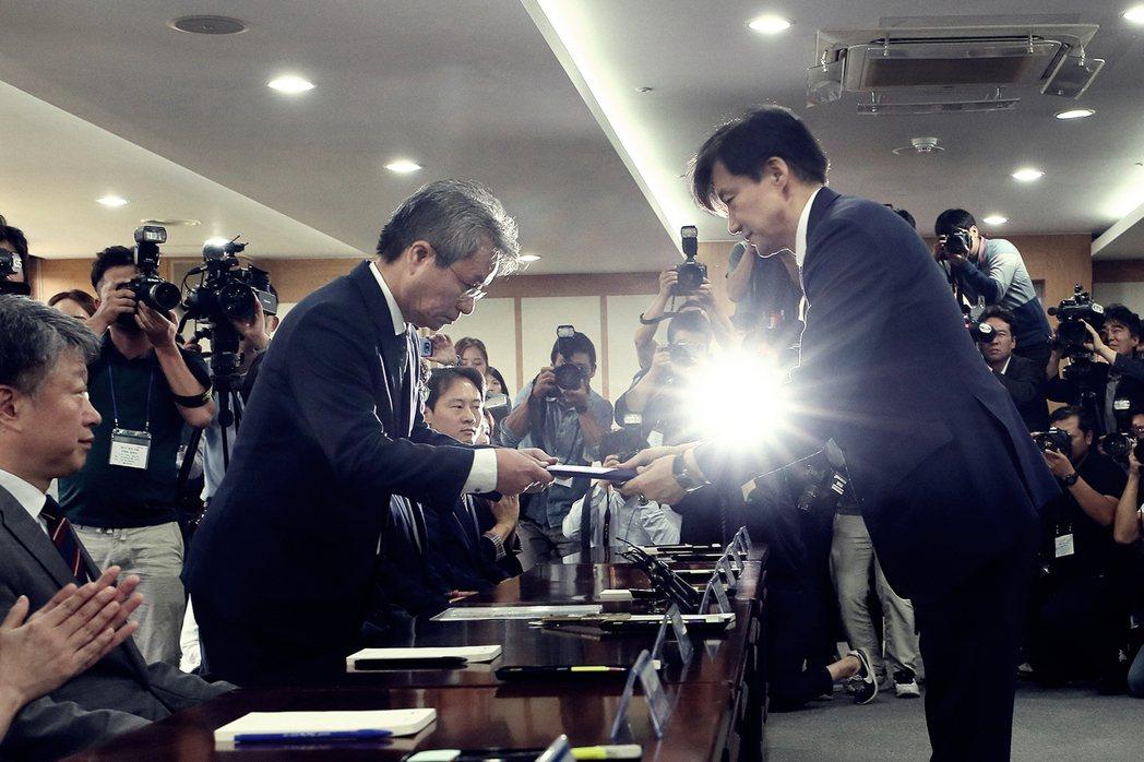 曾任南韓青瓦台民政首席祕書官的曹國(圖右),9月初在家人醜聞纏身下,依然被文在寅...