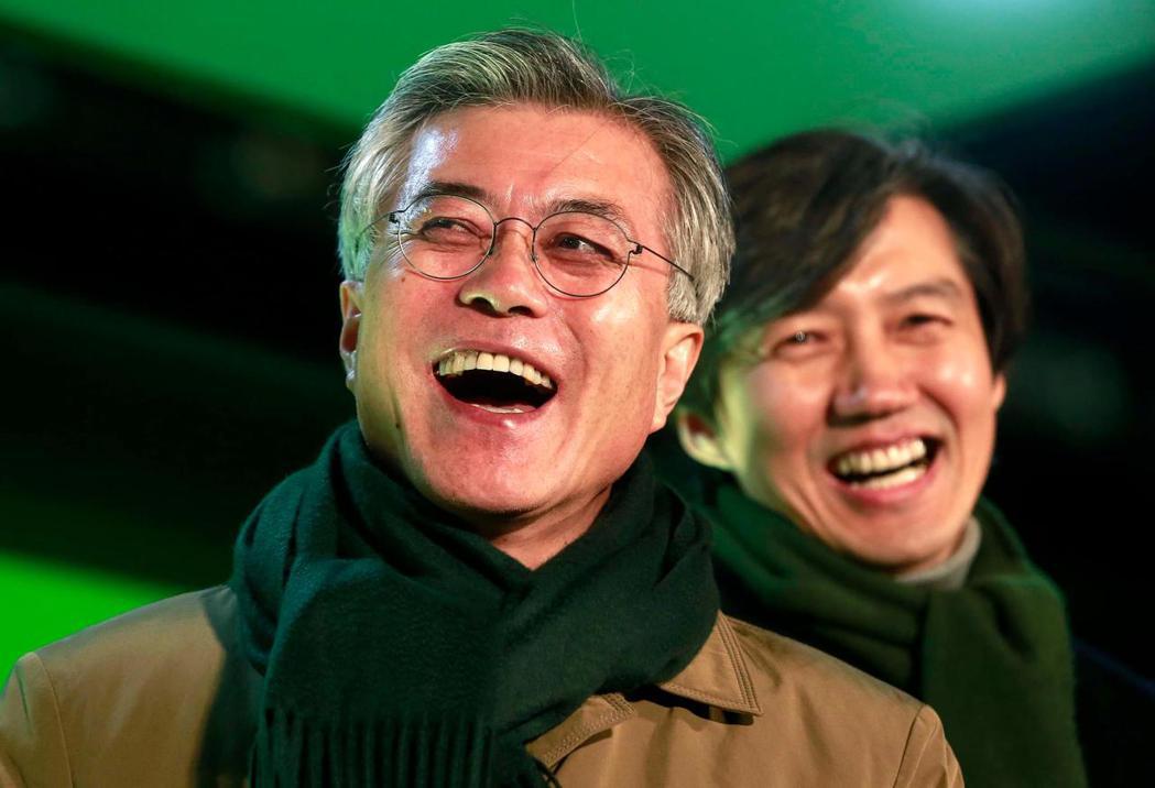 曹國是文在寅器重的心腹。圖為2012選舉前兩人同台。 圖/文在寅官網