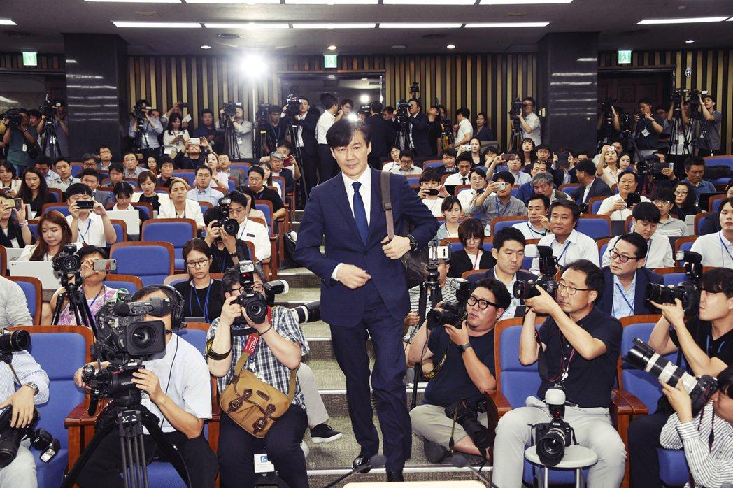 「萬一夫人被起訴,您還能履行法務部長的職位嗎?」南韓法務部長曹國,近來醜聞纏身,...