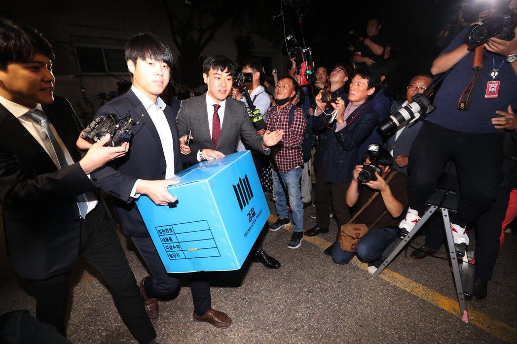 在聽證會的最後關頭,南韓檢方突襲宣布:起訴鄭景心教授。曹國的堂弟,也因為涉及幽靈...
