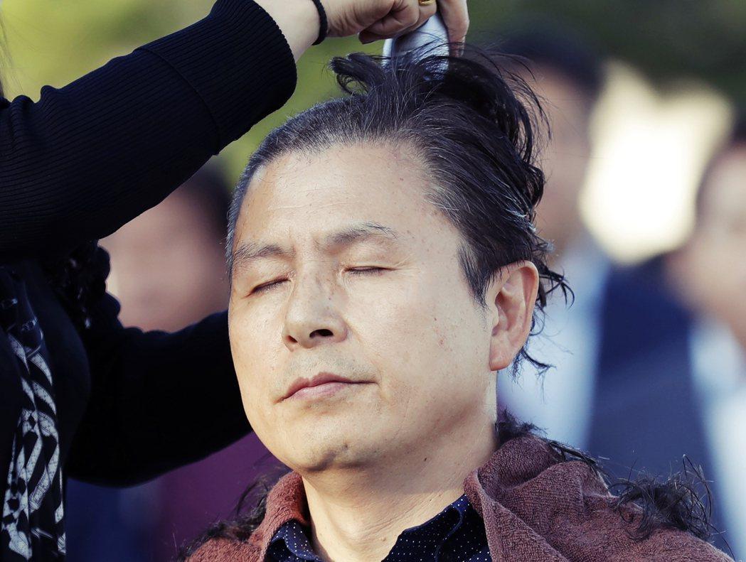 自由韓國黨代理黨魁黃教安與多名議員,以「剃光頭」來表達抗爭與拉下曹國的決心。 圖...