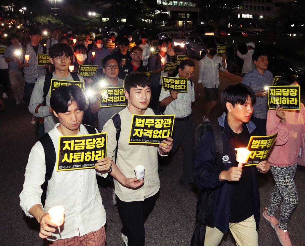 曹國不適任爭議,引發南韓社會極端意見。許多原本支持曹國的青年學子對其失望,要求曹...