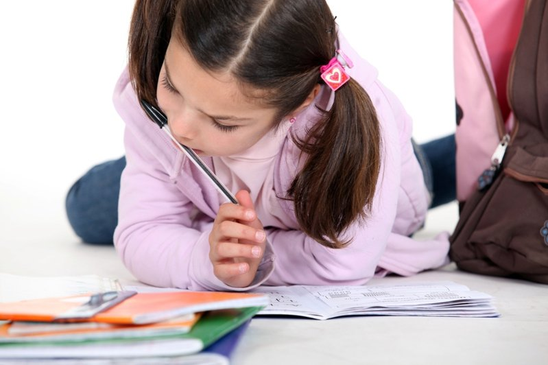 有位家長表示自己小孩因為課業壓力大,經常寫作業寫到凌晨,讓她相當心疼。示意圖/ingimage