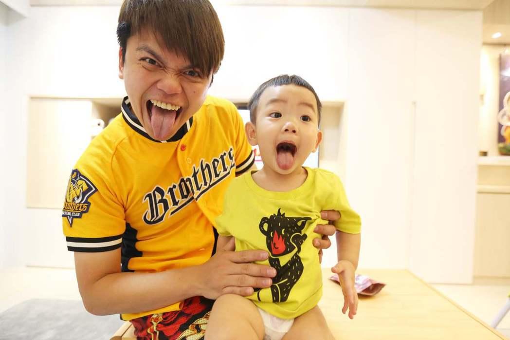 蔡阿嘎與兒子蔡桃貴。 圖/擷自蔡阿嘎臉書