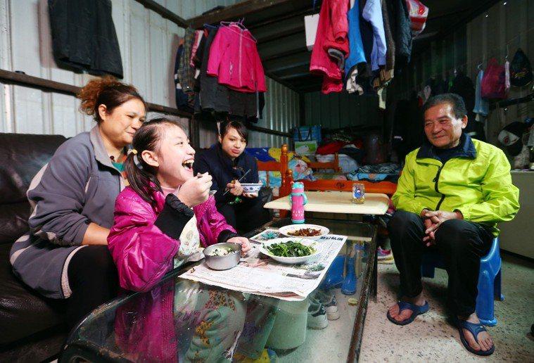 圖一:為了避免罹患楓糖尿症的女兒黃宇婕(左前2)誤食高蛋白質食物,黃麗琴(左1)...