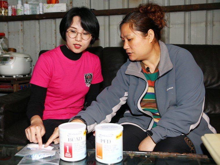 圖二:在罕病基金會營養師劉兆純(左)指導下,黃麗琴(右)學習調配女兒的飲食和奶粉...
