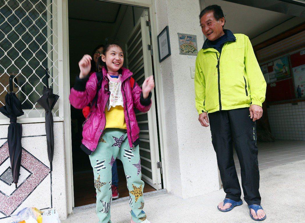 圖三:在家人的細心照顧下,罹患楓糖尿症的黃宇婕(左)病況穩定,發作次數減少,從不...