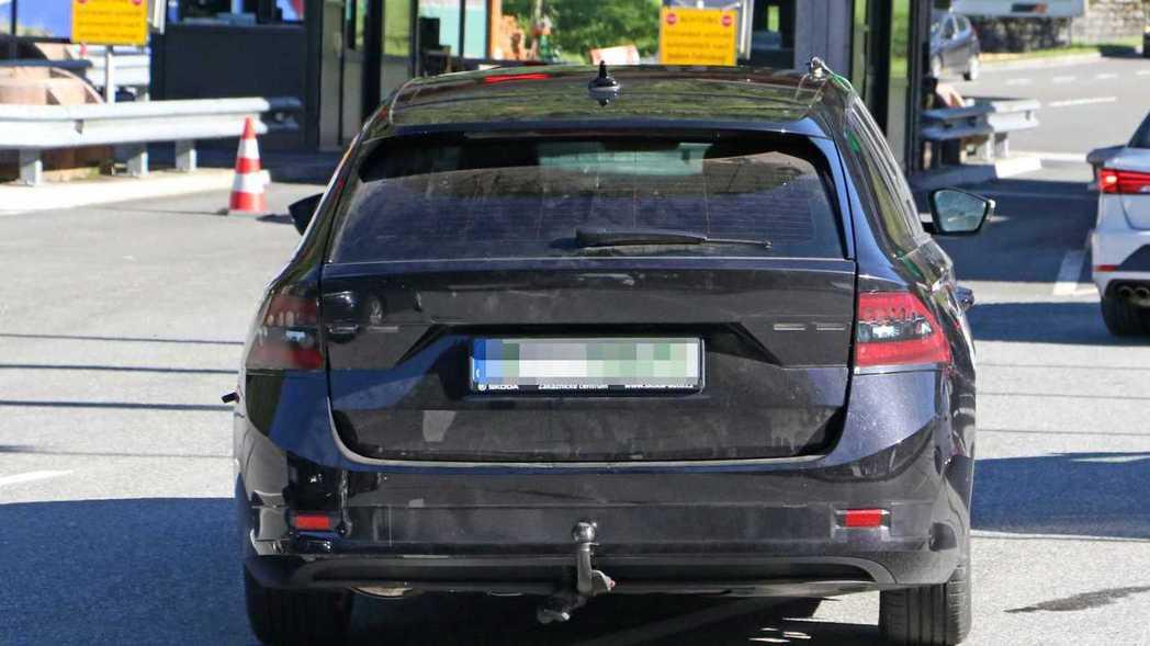 車尾到時也見不到Škoda的Logo,改以Škoda字樣取代。 摘自Motor1
