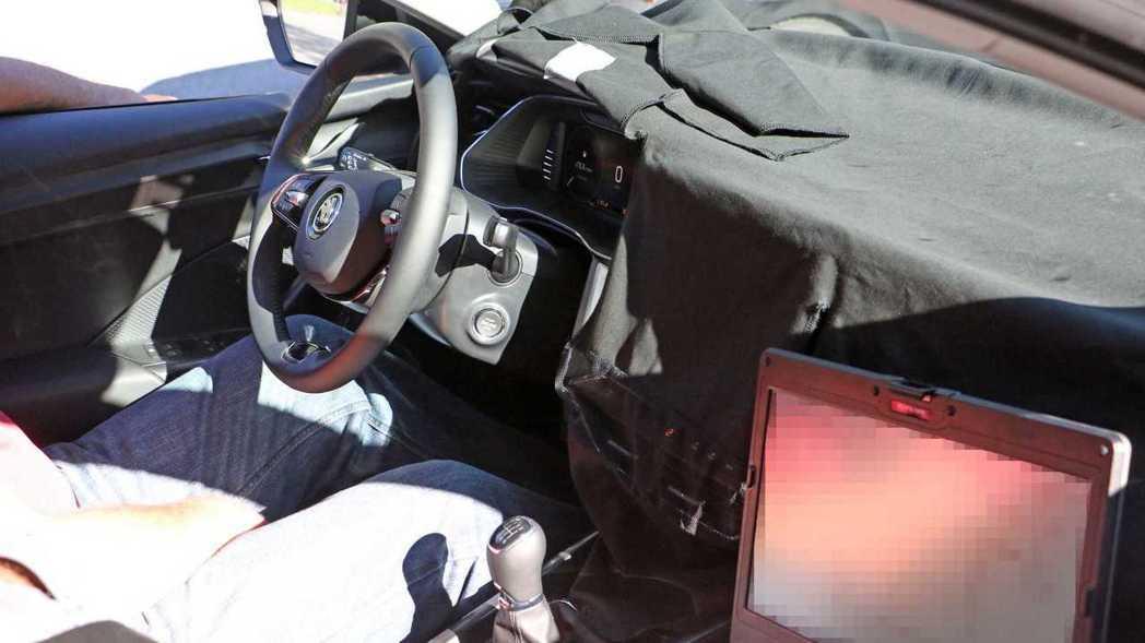 另外在測試車上也見有兩幅式方向盤的造型。 摘自Motor1