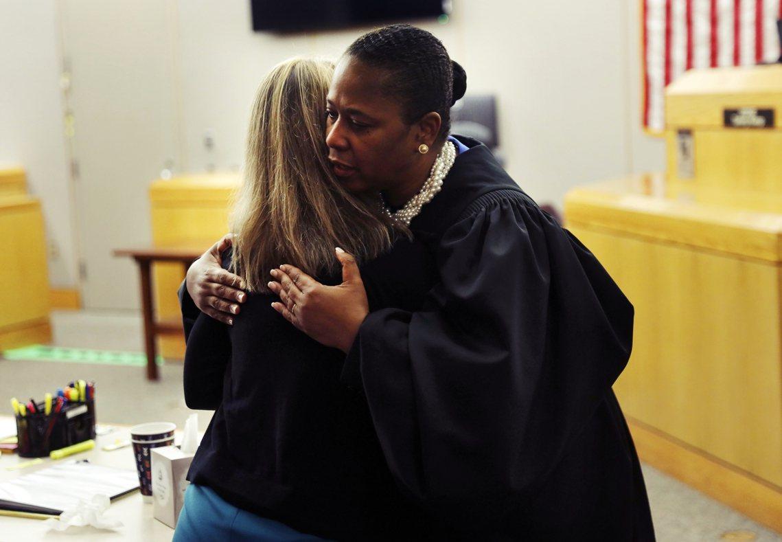 法官坎普會後也「表露真情」地給了蓋格一個擁抱,同情她的遭遇——但身為法官如此的表...