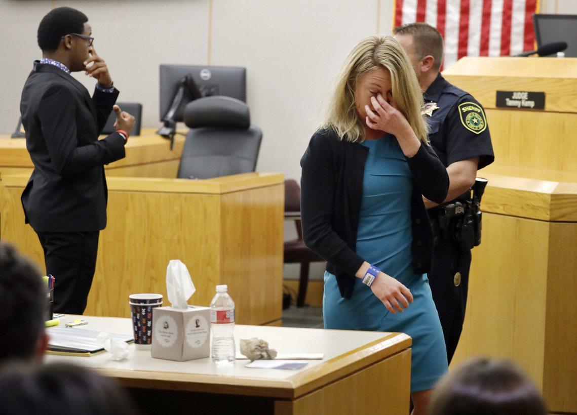 不過檢察官則反過來質疑,當時情境沒有威脅生命的狀況,而蓋格又有配備電槍等其他非致...