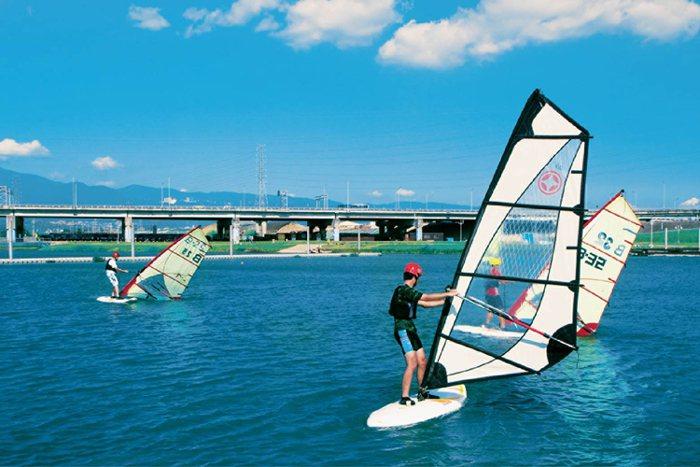 「樂洋洋」下樓散步約3分鐘,就可到達4500坪的洲子洋公園,水岸生態、休閒樂活一...