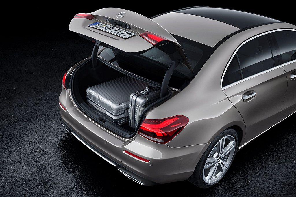 賓士A-Class Sedan行李廂空間達到420L,提供十足的空間機能。 圖/...