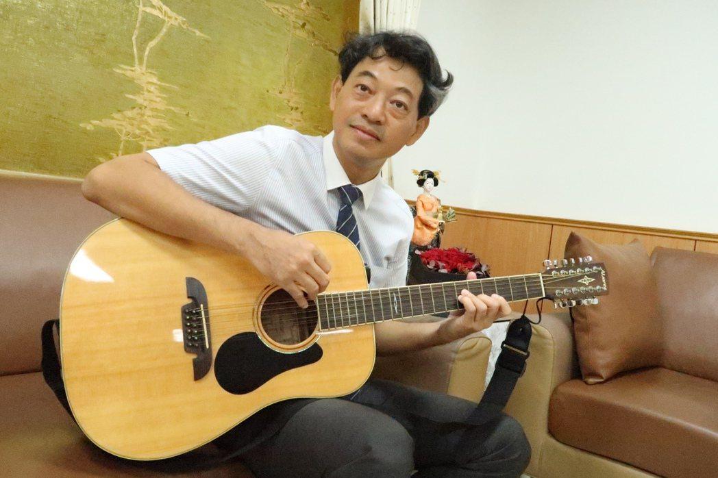 林耀隆彈奏十二弦吉他。圖/徐如宜攝影