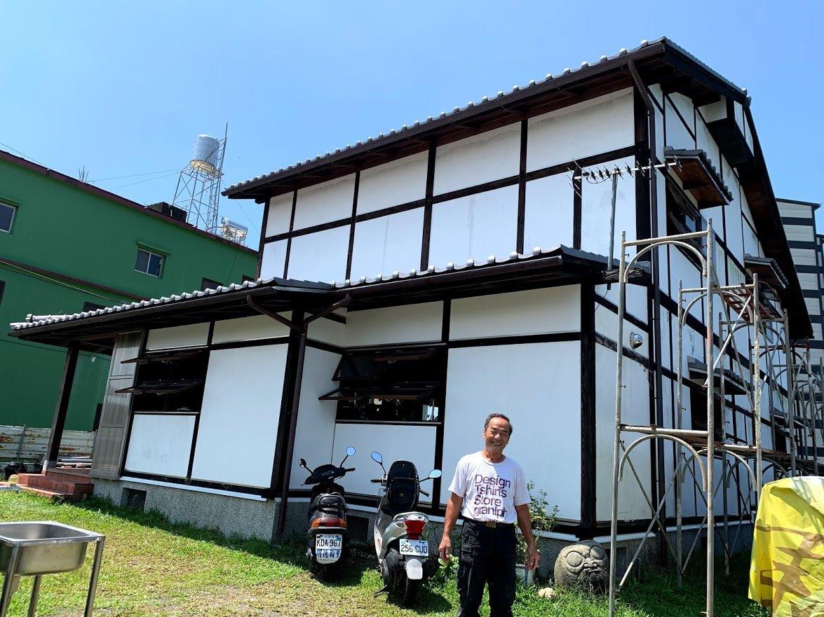 楊三二以十五年的時間打造的傳統木造家屋,目前已完成八成,問他何時完工?他還是說「...