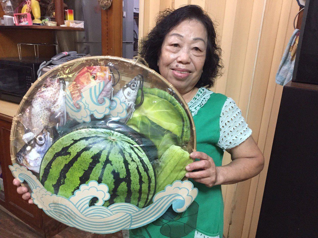 住在喜樹的寶珠阿嬤多年前在樂齡中心學習製作手工包,做成虱目魚、絲瓜等造型,後來因...