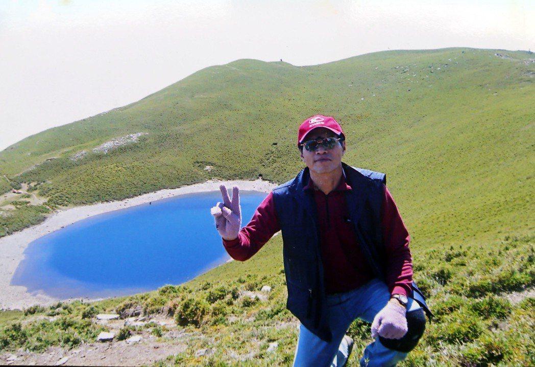 退休老師黃德秀攀登嘉明湖,欣賞「天使的眼淚」美景。圖/黃德秀提供