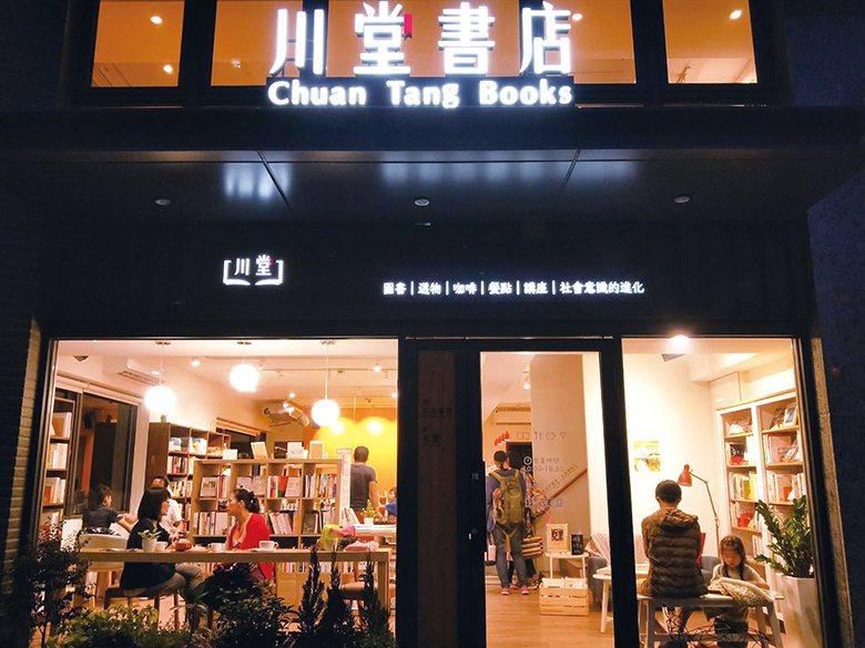 夜觀川堂書店,仿若點亮實驗教育的暖燈。 【圖‧許書桓】