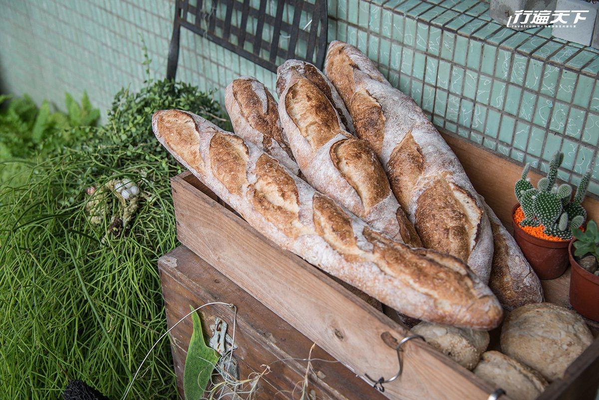 ▲用法國麵粉製成的法國傳統長棍,麵香十足、嚼勁夠味。