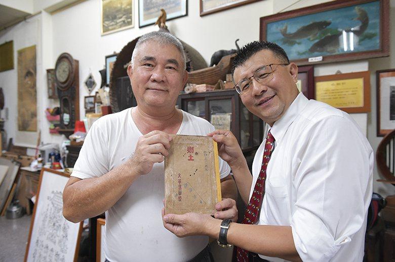 郭双富(左)、林慶弧(右)共持《鄉土》書刊,象徵太平地方創生之始。 【圖‧楊登淵...