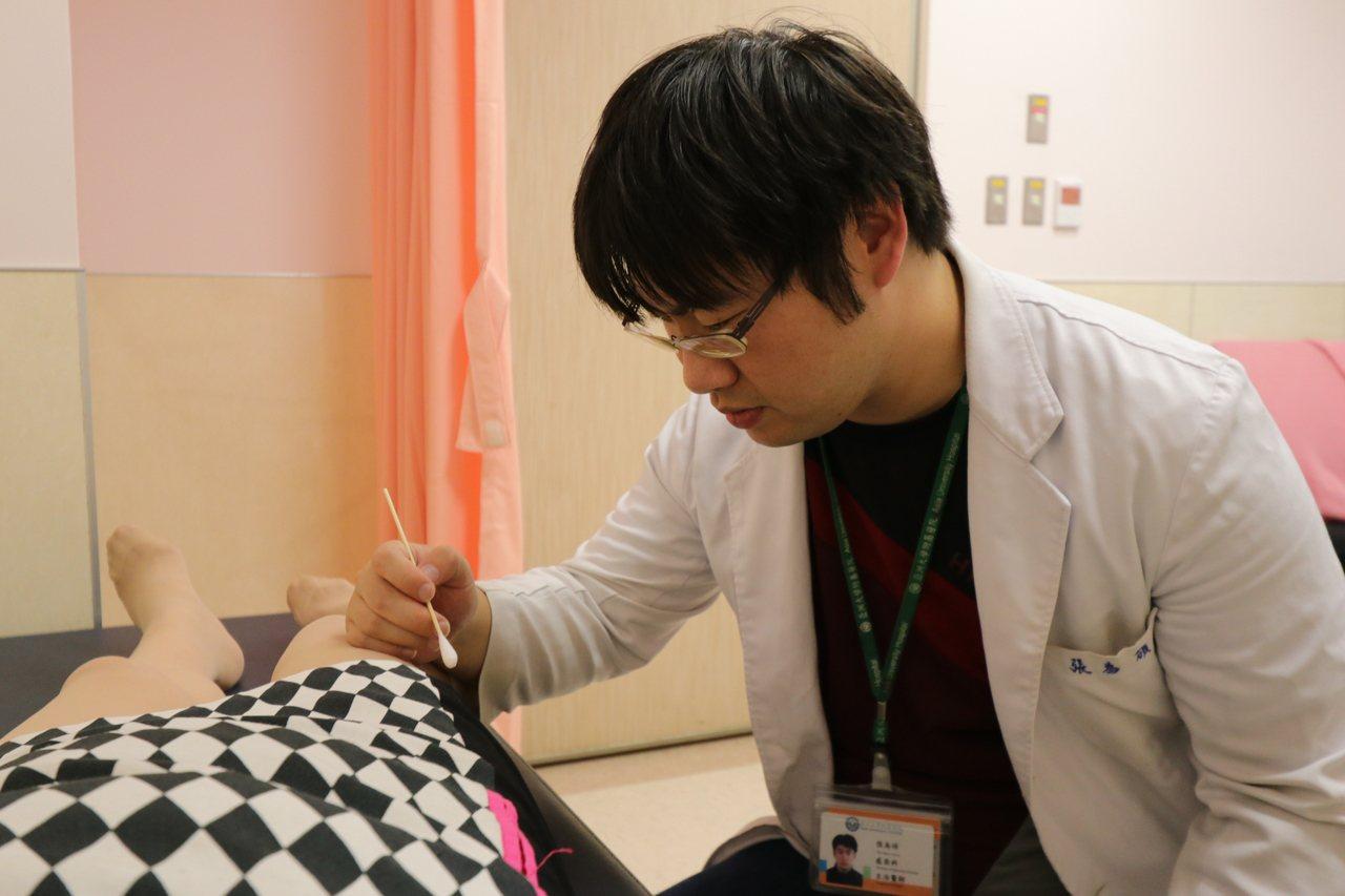亞洲大學附屬醫院感染科醫師張為碩表示,患者就診時右大腿外側有一個大腫塊。圖/亞洲...