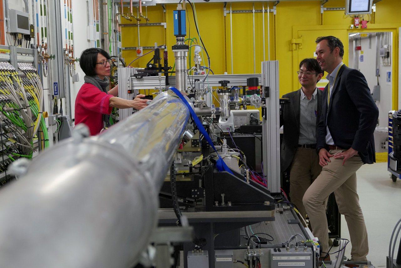 英國鑽石光源中心內的同步加速器,不時有學者參訪。路透