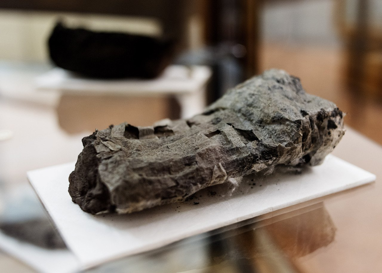 古卷軸示意圖。圖為義大利那不勒斯國立圖書館珍藏、一度被火山灰掩埋的卷軸。美聯社