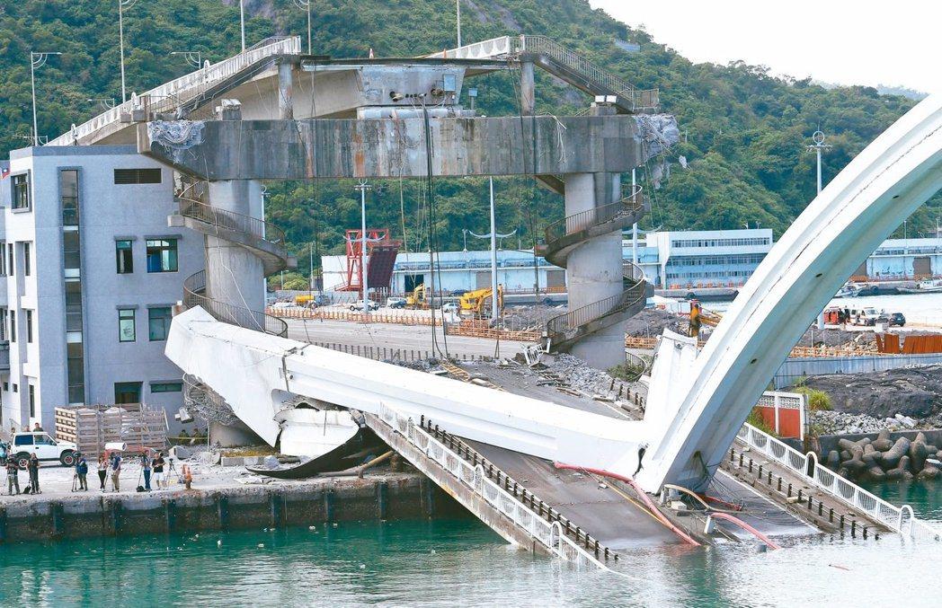 南方澳跨港大橋前天崩塌,造成造成五死、一失蹤。 報系資料照