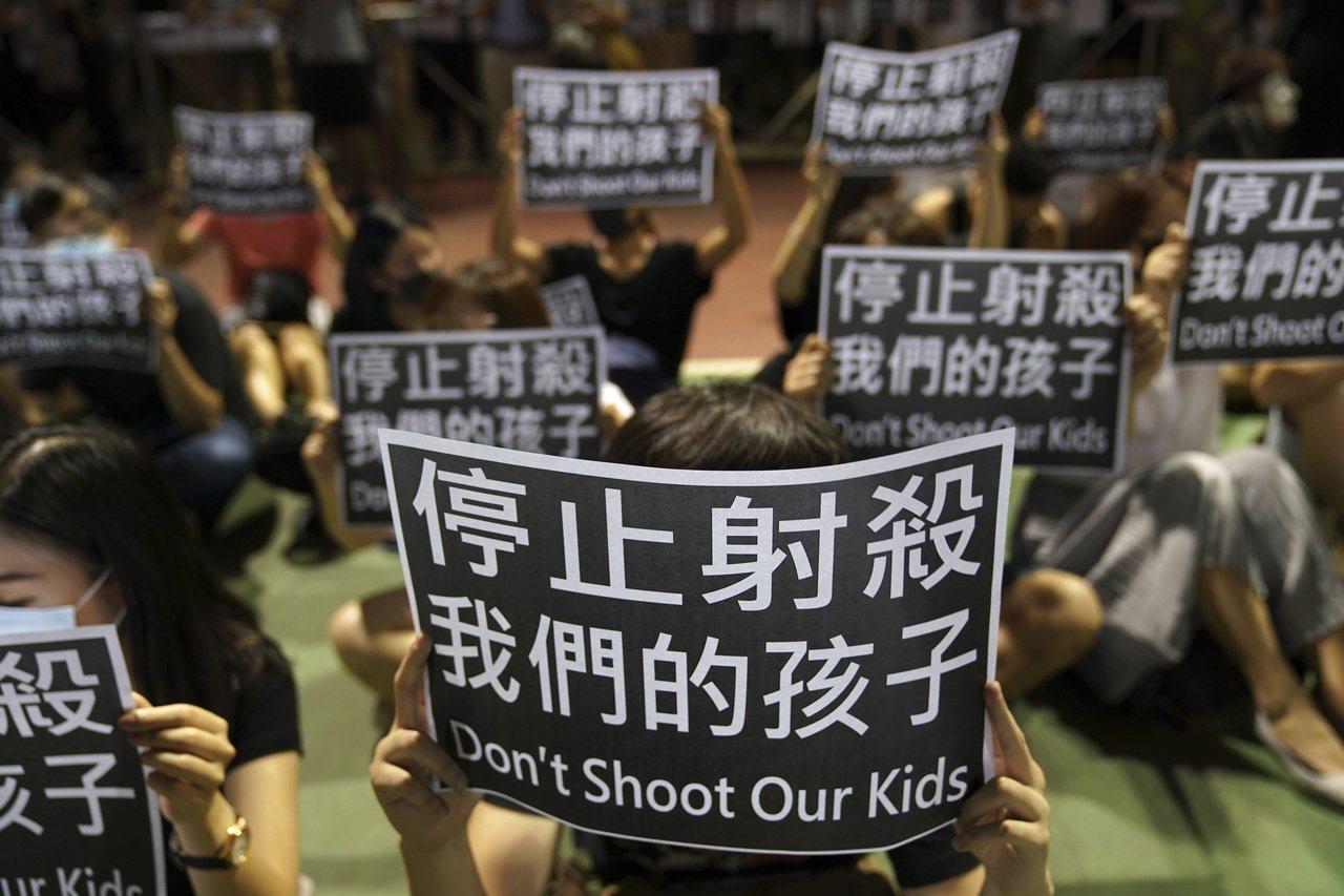圖為香港荃灣民眾2日抗議警方在周二行動中,以實彈射傷一名高中學生。美聯社