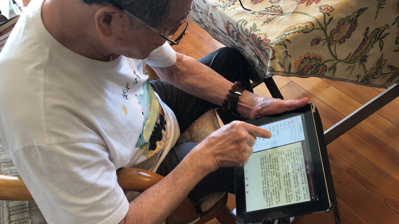 國寶級作家黃春明,近兩年都用iPad寫作。記者何定照/攝影