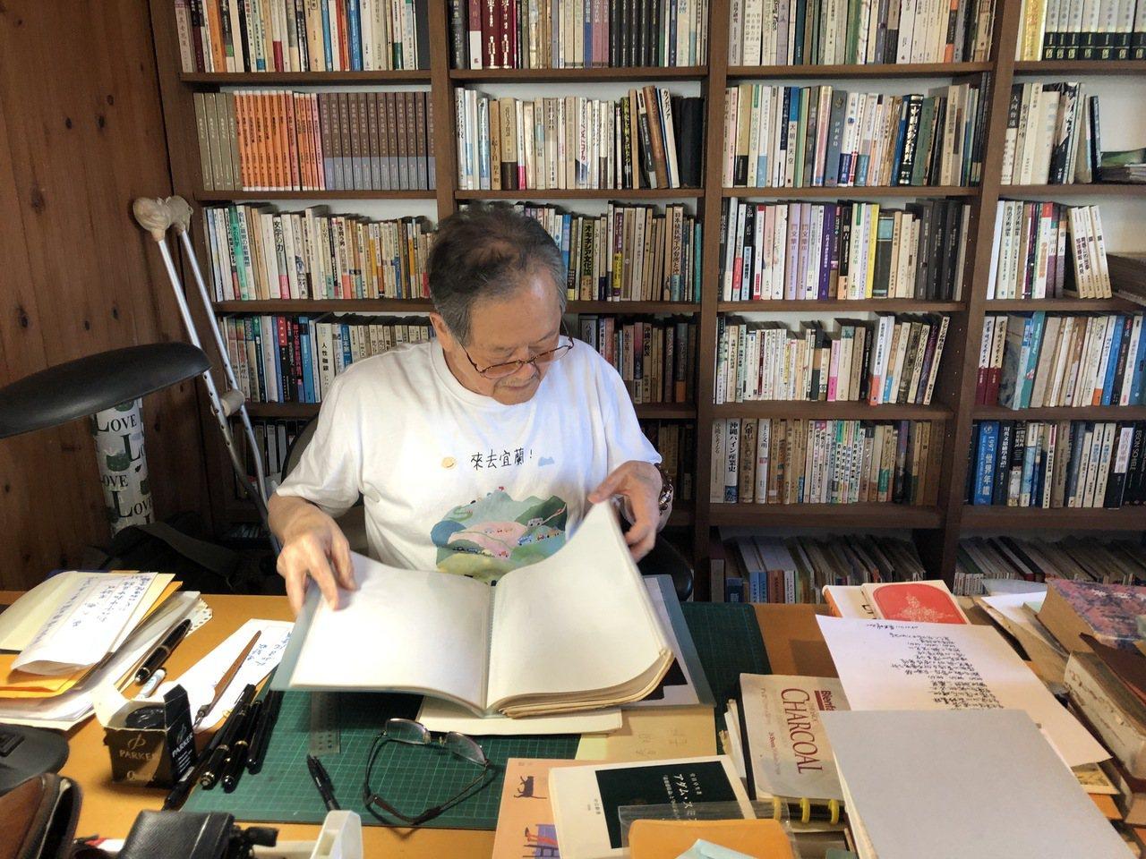 國寶級作家黃春明翻閱舊作影本,嘆「青番公的故事」拿去影印,結果原本不見。記者何定...