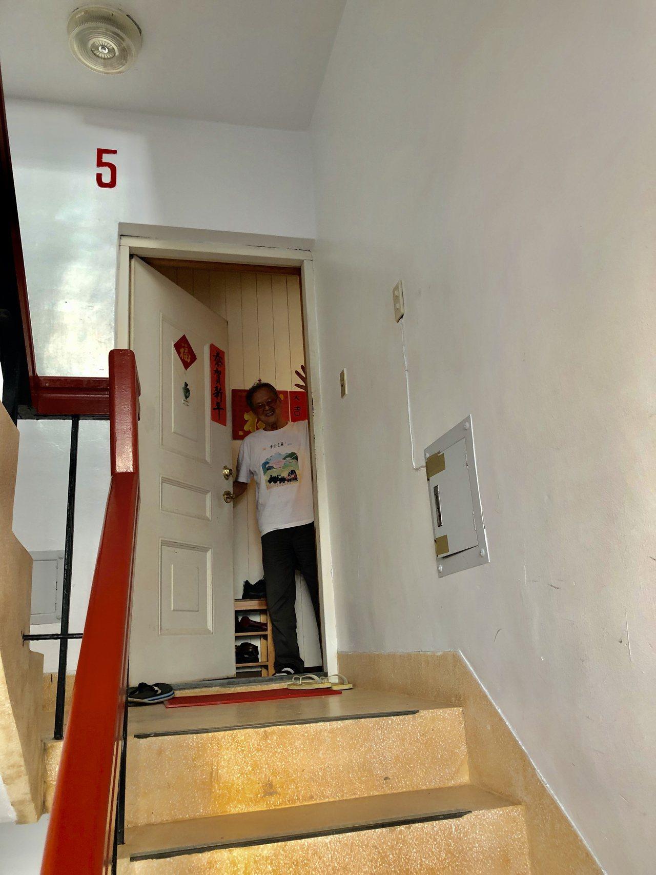 國寶級作家黃春明溫厚熱情,送客都送到門口,頻頻揮手。記者何定照/攝影