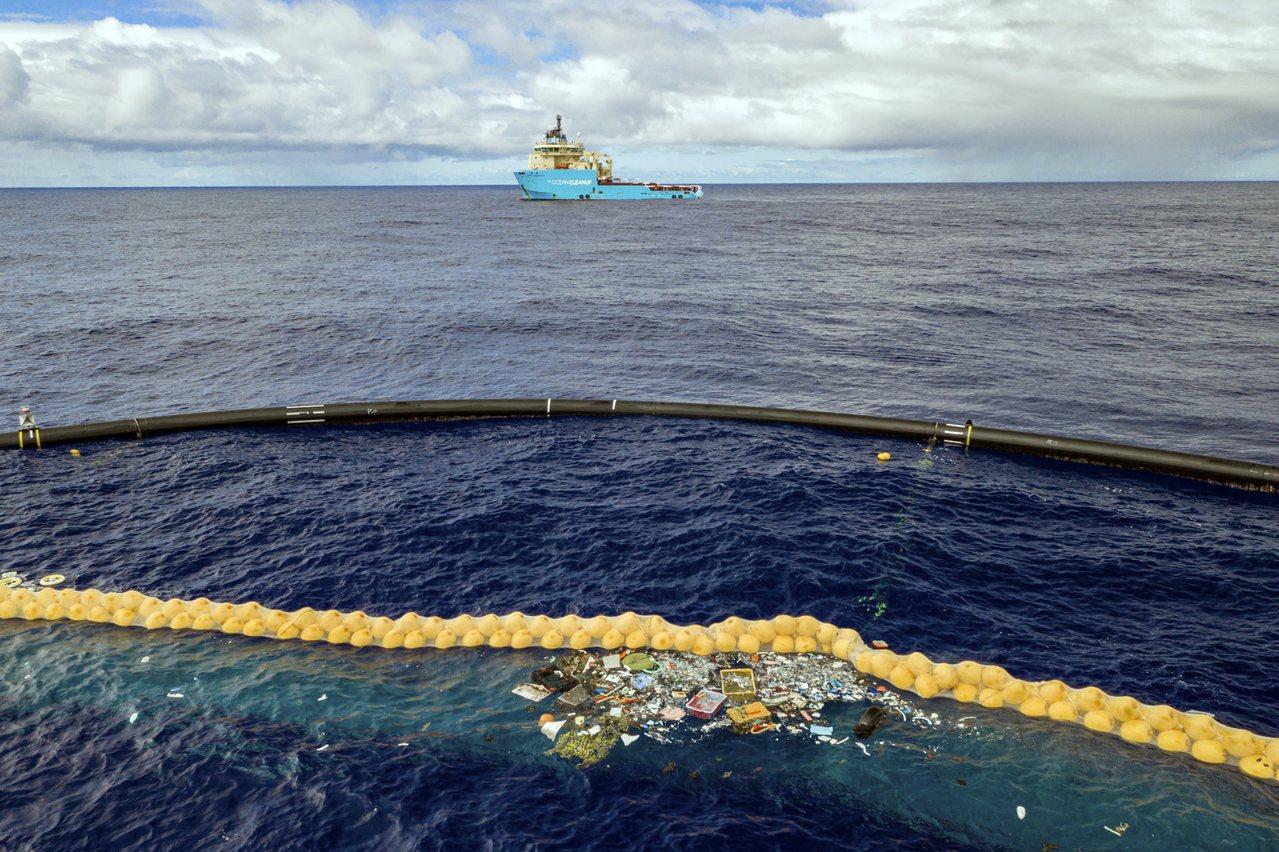 海洋清理行動2日宣布,透過「海洋吸塵器」在太平洋垃圾帶成功收集到第一批塑膠垃圾。...